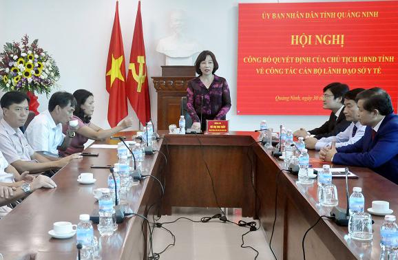 Đồng chí Vũ Thị Thu Thủy, Phó Chủ tịch UBND tỉnh, trao quyết định bổ nhiệm Phó Giám đốc Sở Y tế cho đồng chí Nguyễn Minh Tuấn.